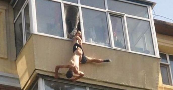 Затем она меня специально толкает к краю, мне жутко страшно, я упираюсь и ухожу на ту часть балкона, где нет высоты.